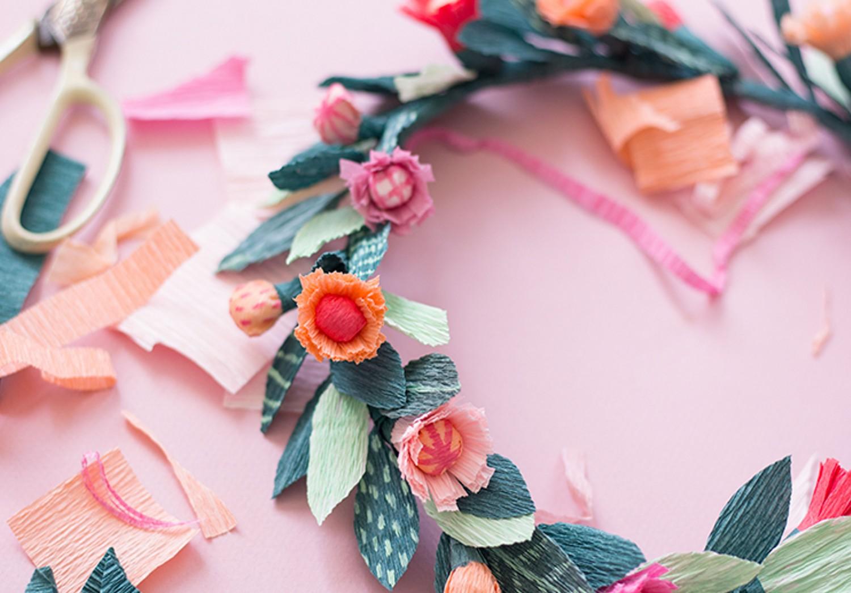 Как сделать венок с цветами из гофрированной бумаги на голову 4